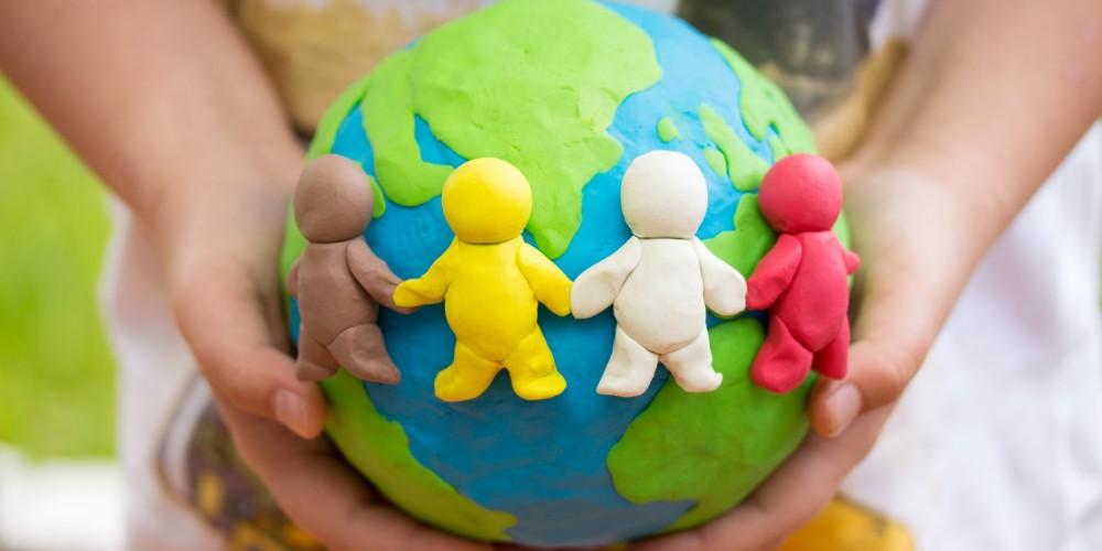 Weltkugel mit Figuren aus Knete
