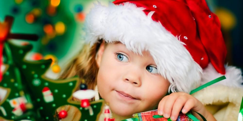 Kleines Mädchen mit roter Weihnachtsmütze