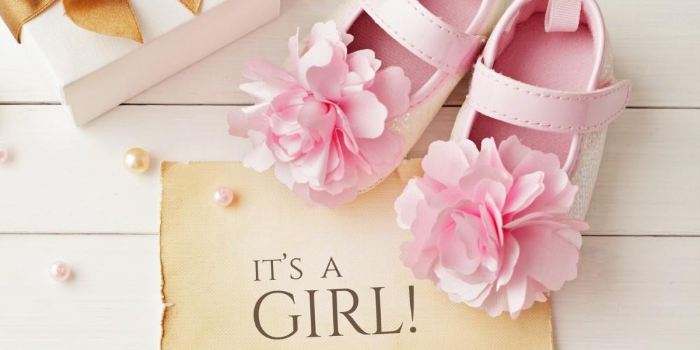 Rosa Mädchenschuhe und Geschenkbox