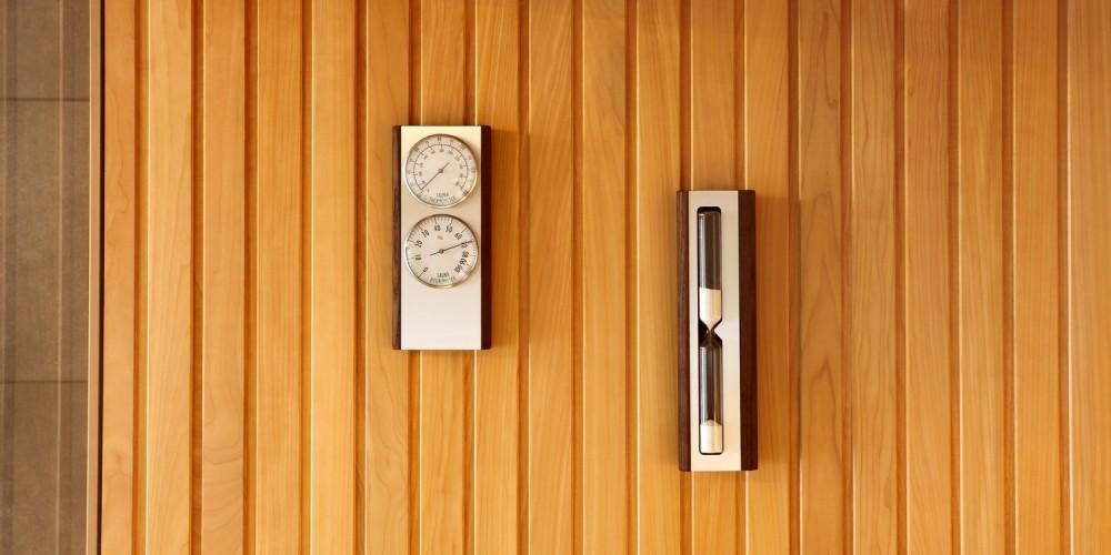 Thermometer an einer Holzsauna