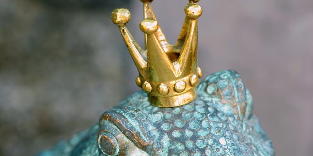 Getöpferter, blauer Frosch mit goldener Krone