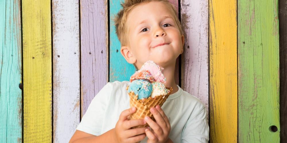 Hübscher Junge beim Eisessen