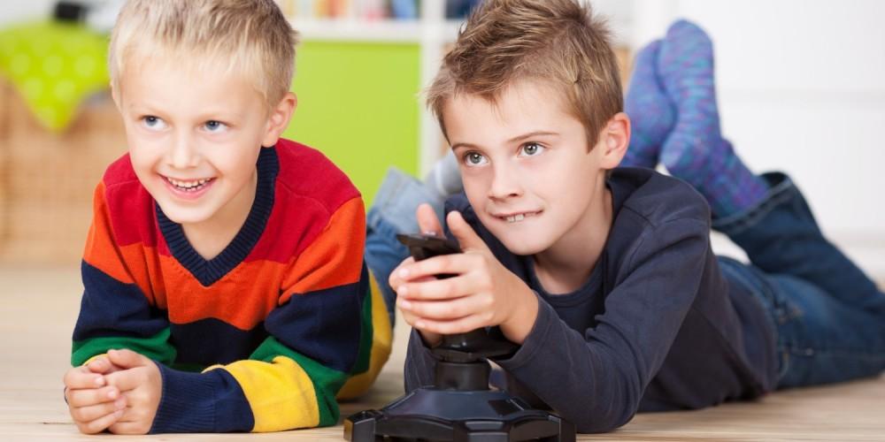 Jungs spielen an der Konsole