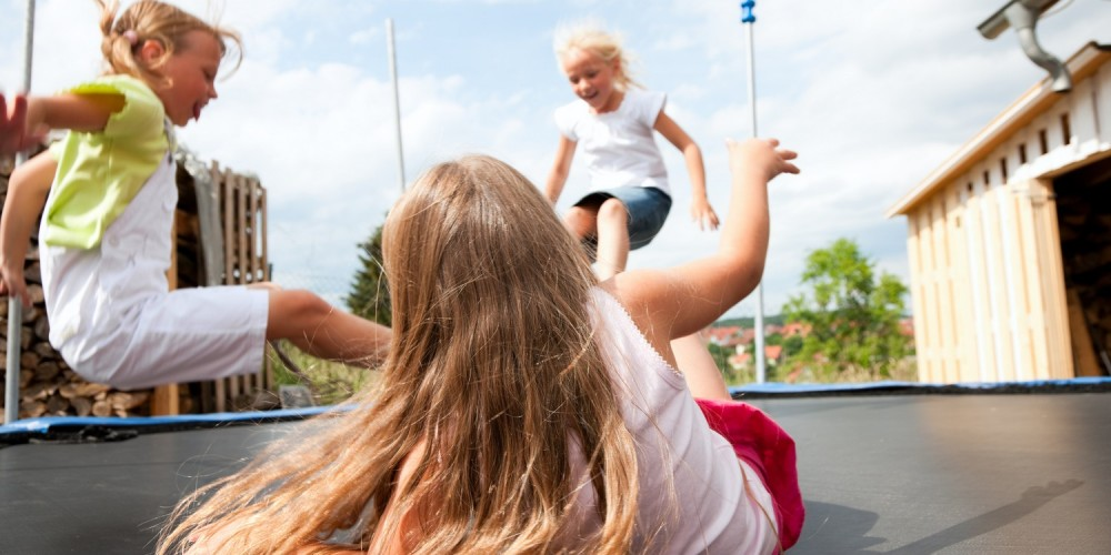 Mädchen hüpfen auf einem Trampolin