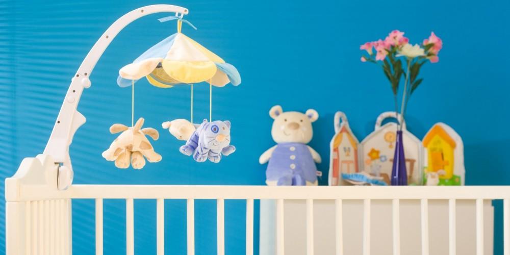 Weißes Gitterbett für Babys