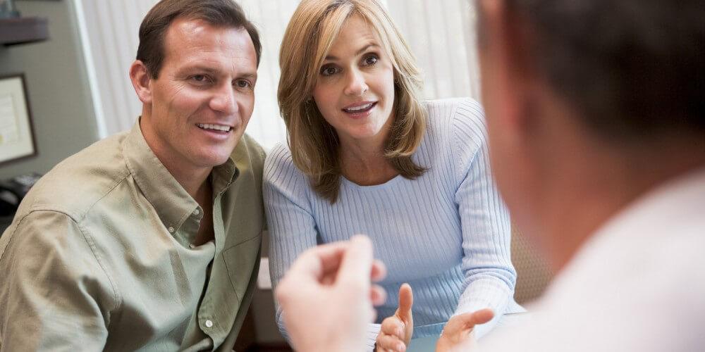 Paar im Gespräch mit einem Arzt