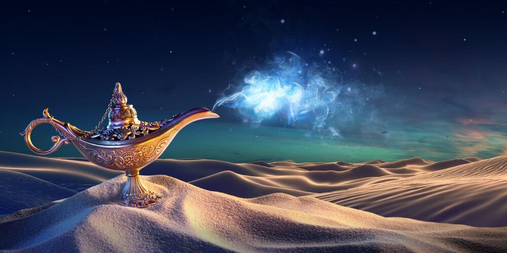 Aladins Wunderlampe nachts auf einem Sandhügel in der Wüste, aus der goldenen Lampe kommt Rauch