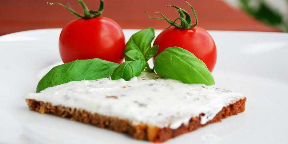 Scheibe Vollkornbrot mit Tomaten