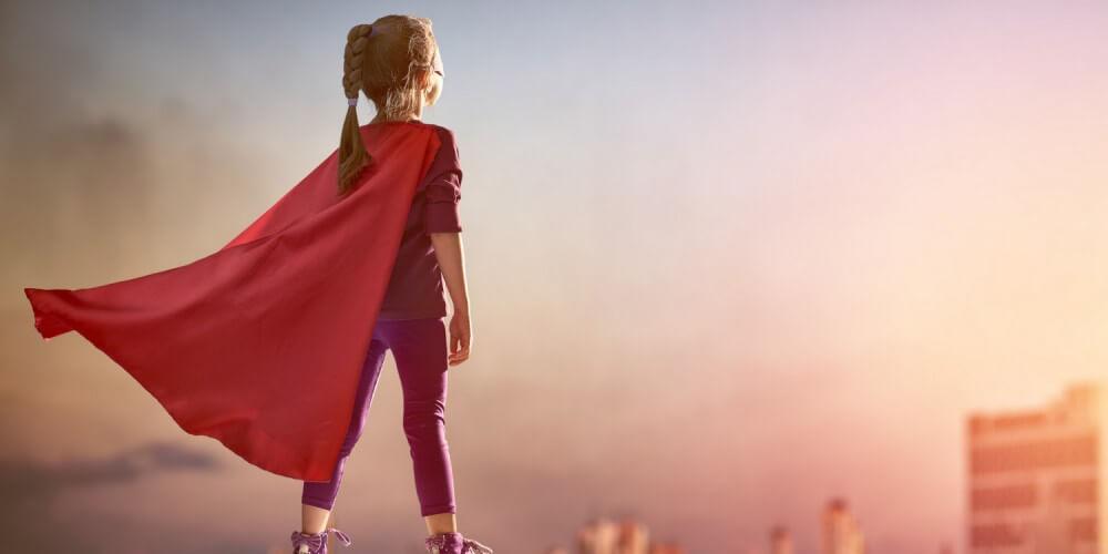 Mädchen in Superman-Kostüm