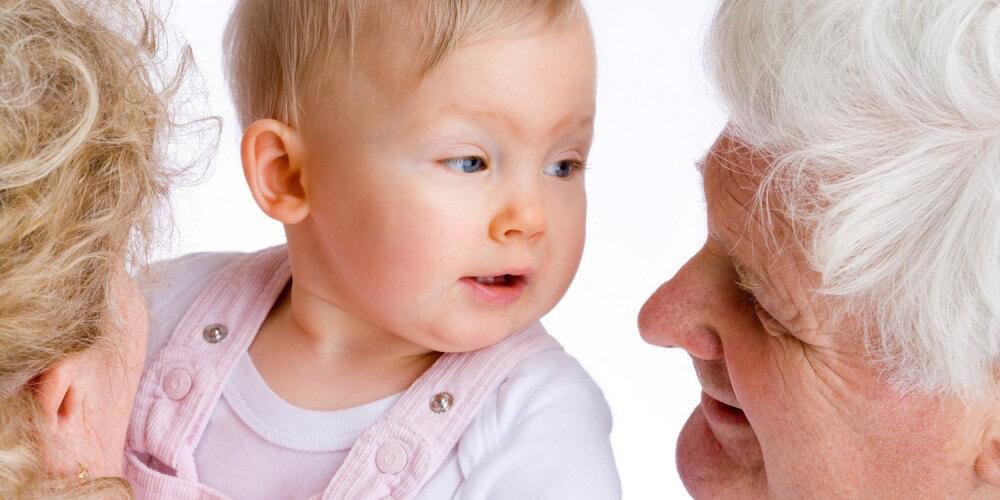 Großeltern mit Baby