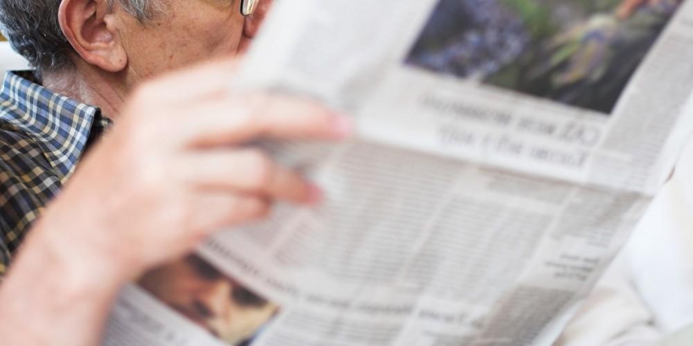 Opa liest die Zeitung