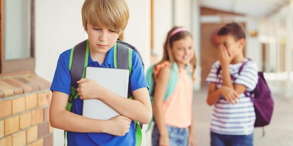 Schüler lästern hinter vorgehaltener Hand über einen Mitschüler