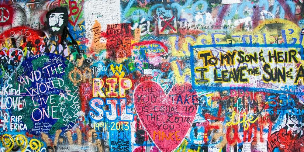 Ausschnitt der John-Lennon-Mauer in Prag, Graffitis, teils mit Beatles-Songtexten