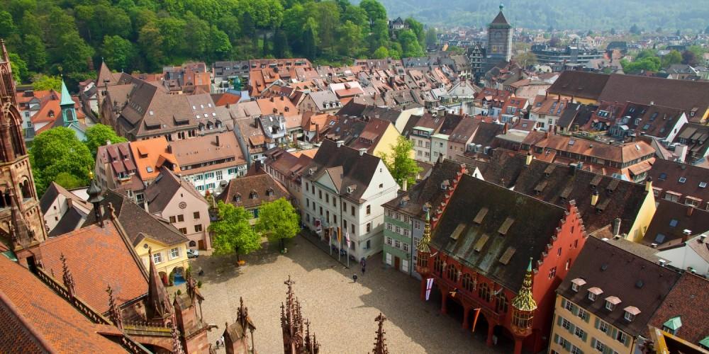 Blick über eine mittelalterliche Stadt