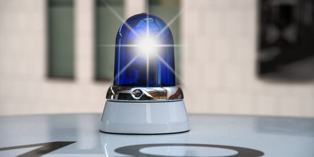 Eingeschaltetes Blaulicht auf Einsatzwagen, Feuerwehr, Polizei