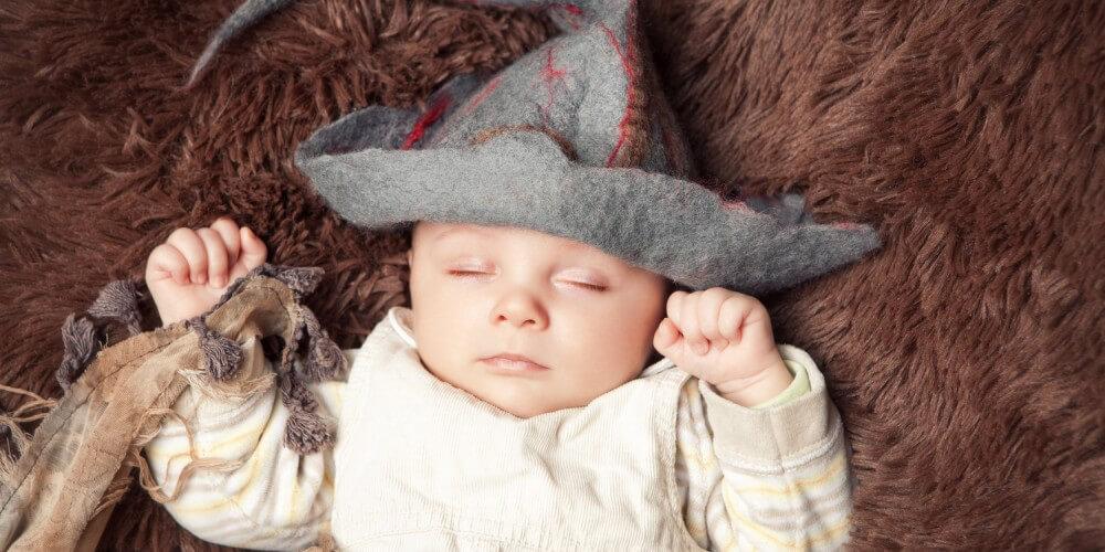 Baby mit Magierhut