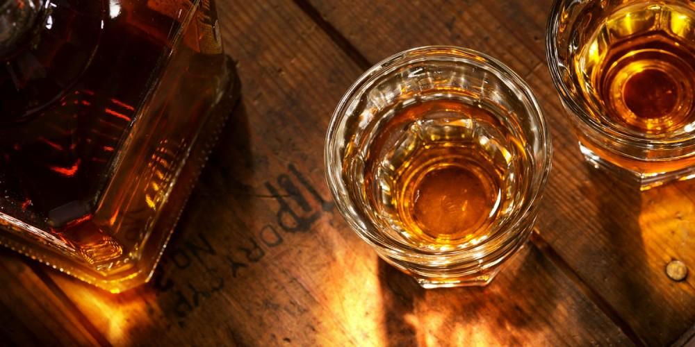 Whiskey-Gläser auf Holztisch