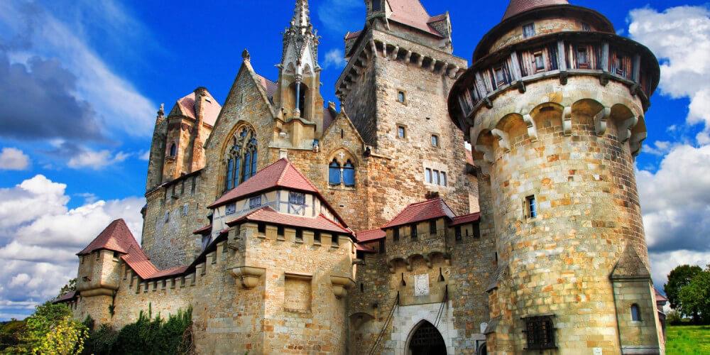 Mittelalterliche Burg Kreuzenstein bei Leobendorf, Österreich unter blauem Himmel