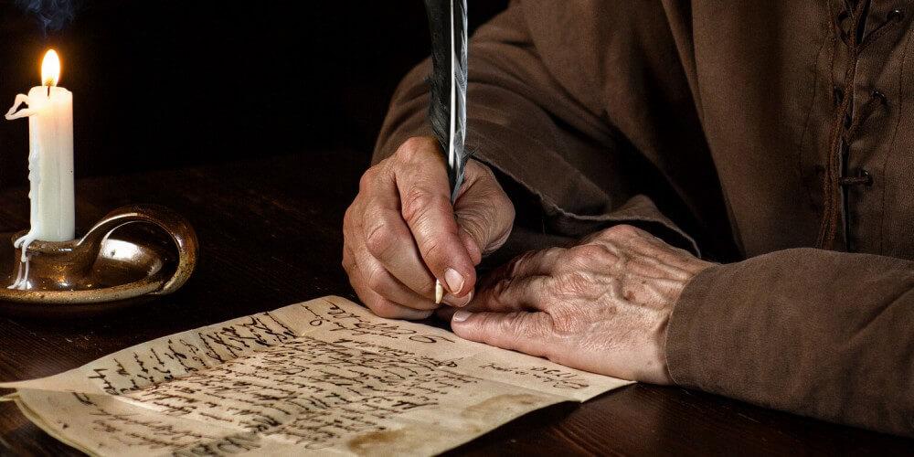 Mittelalterlicher Mönch schreibt einen Brief
