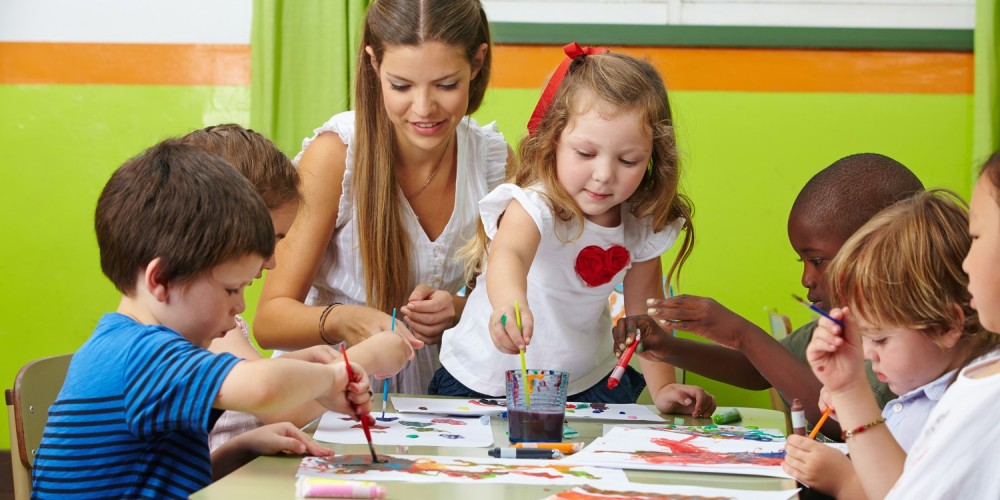 Spielende Kinder im Kindergarten