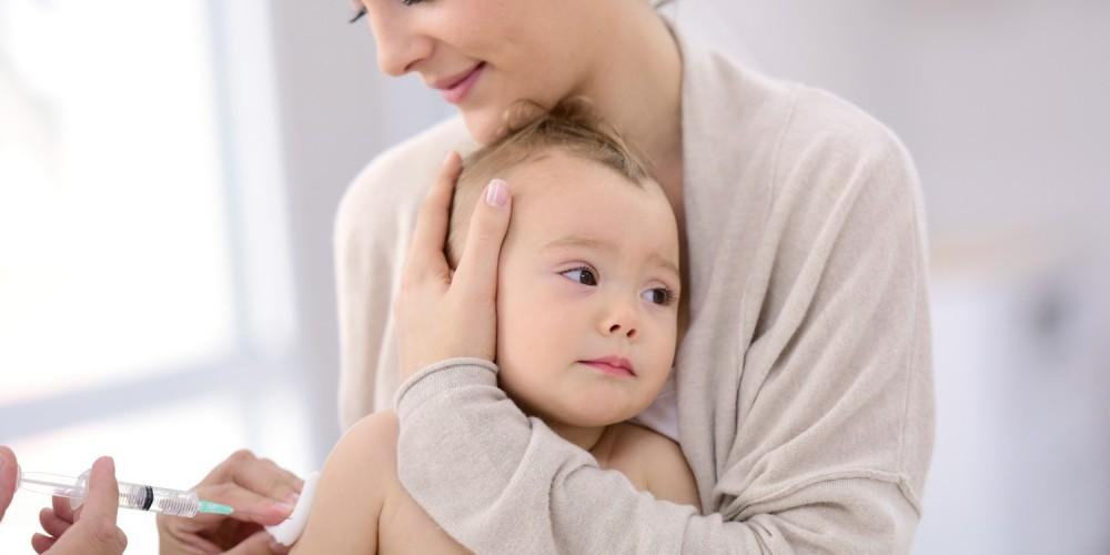 Kleinem Kind wird Impfstoff in den Arm gespritzt