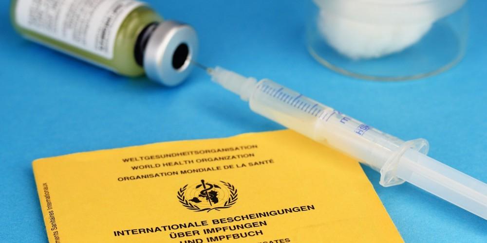 Spritze, Ampulle und Impfpass