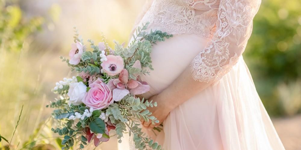 Schwangere Braut mit Brautstrauß