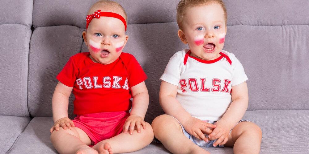 Zwei Babys mit Polen-Trikots auf einem Sofa