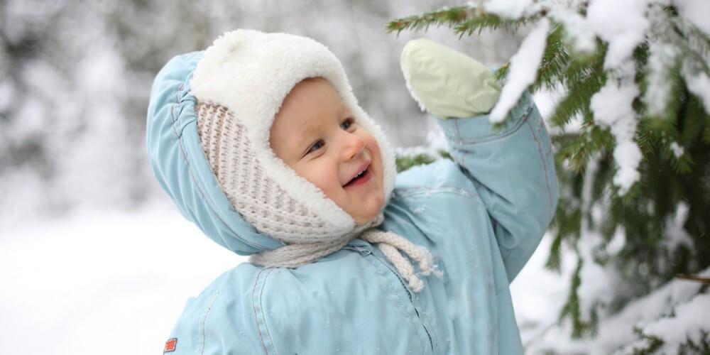 Kleinkind im Schneeanzug