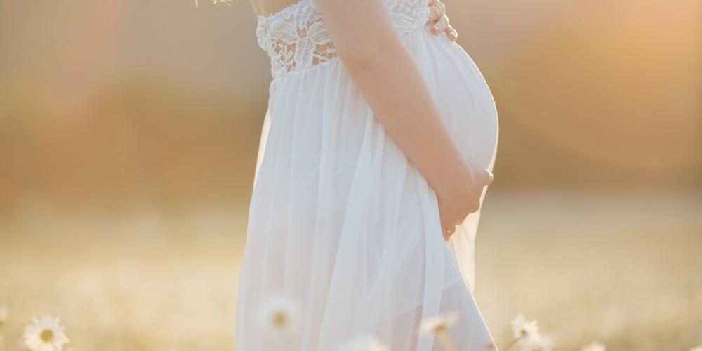 Schwangere Frau auf einer Wiese