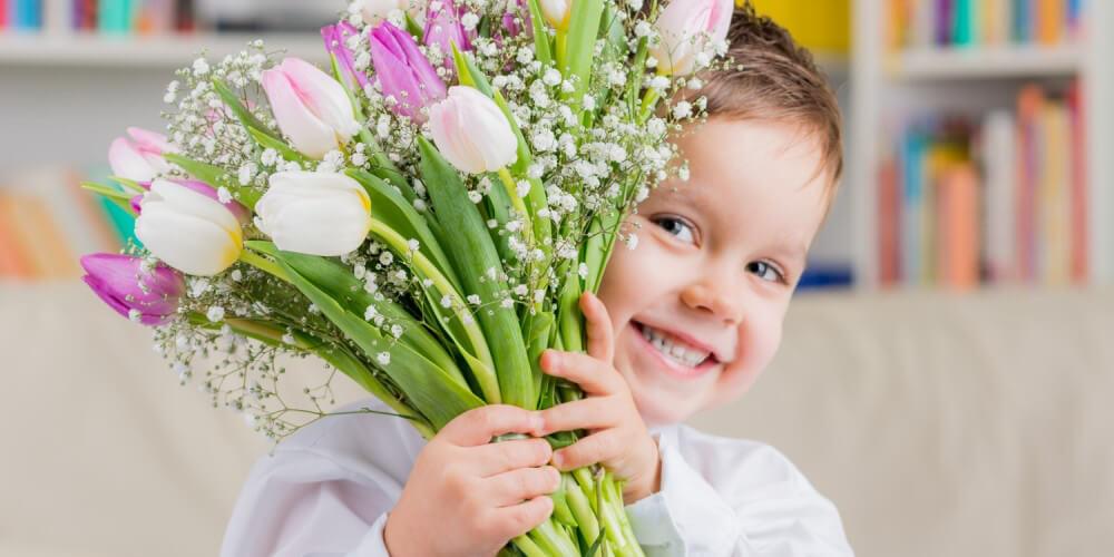 Kleiner Junge mit einem Strauß Tulpen