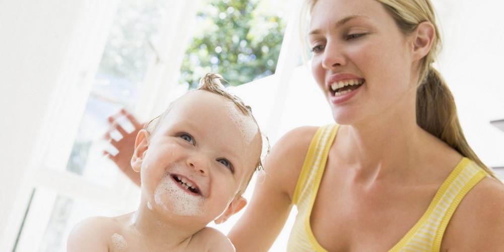 Mutter badet ihr Kleinkind