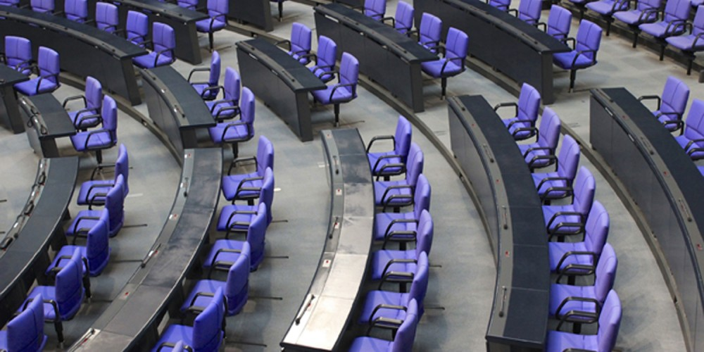 Leere Ränge im Bundestag, alle lila Sitze sind frei