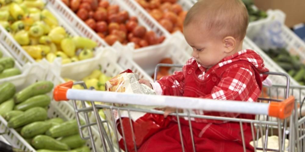 Baby sitzt im Einkaufswagen
