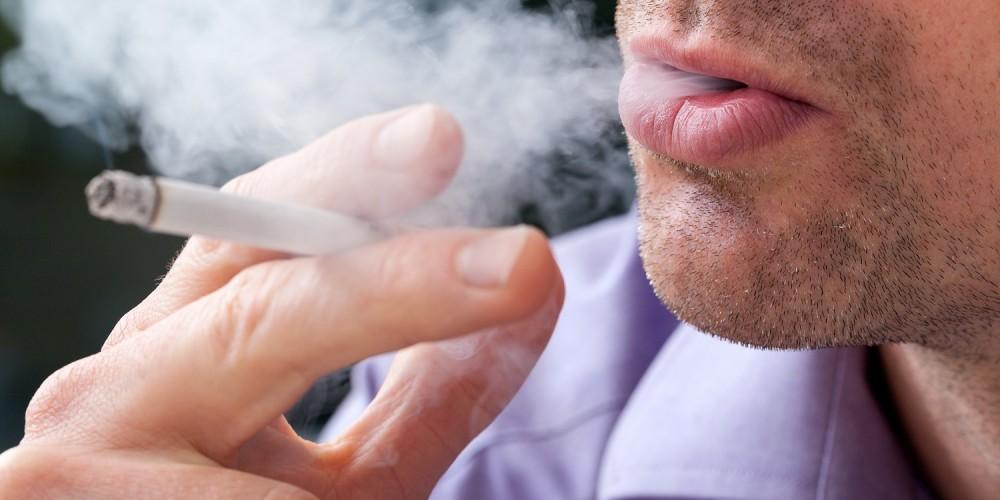 Raucher atmet Qualm aus