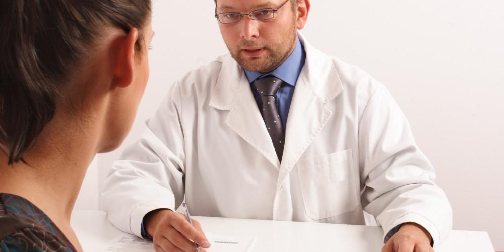 Gynäkologe im Gespräch mit Patientin