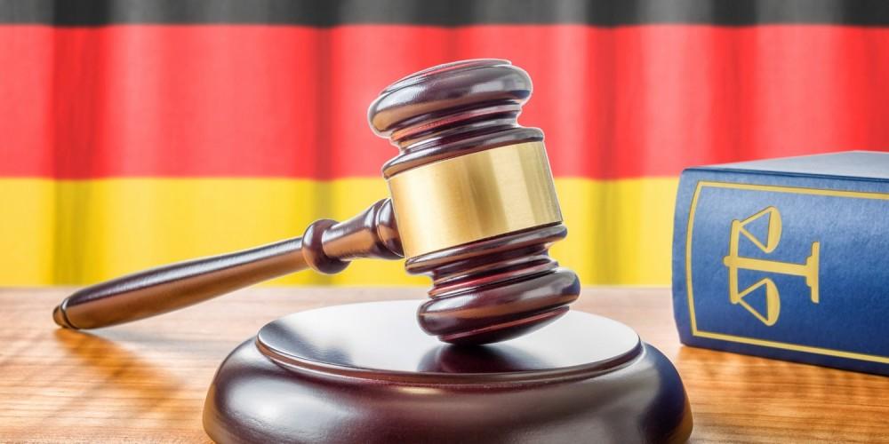 Deutsches Gesetzbuch neben Richterhammer