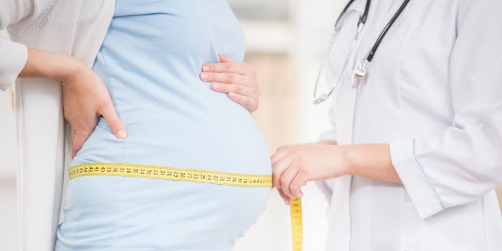Arzt misst denn Bauchumfang einer Schwangeren