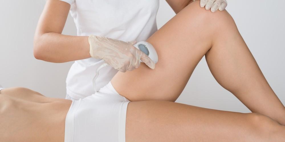 Bein einer Frau wird mit Laser behandelt