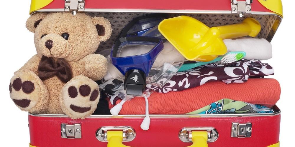 Gepackter Koffer mit Kleidung und Spielzeug