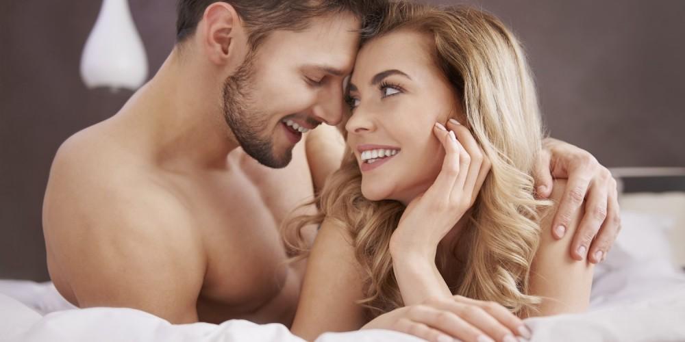 Paar liegt nackt auf dem Bett