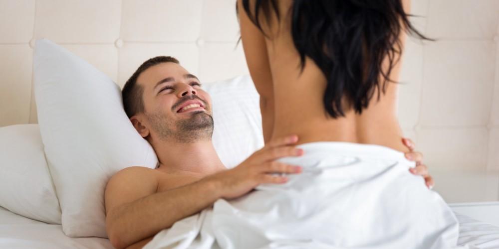 Paar beim Geschlechtsverkehr im Bett