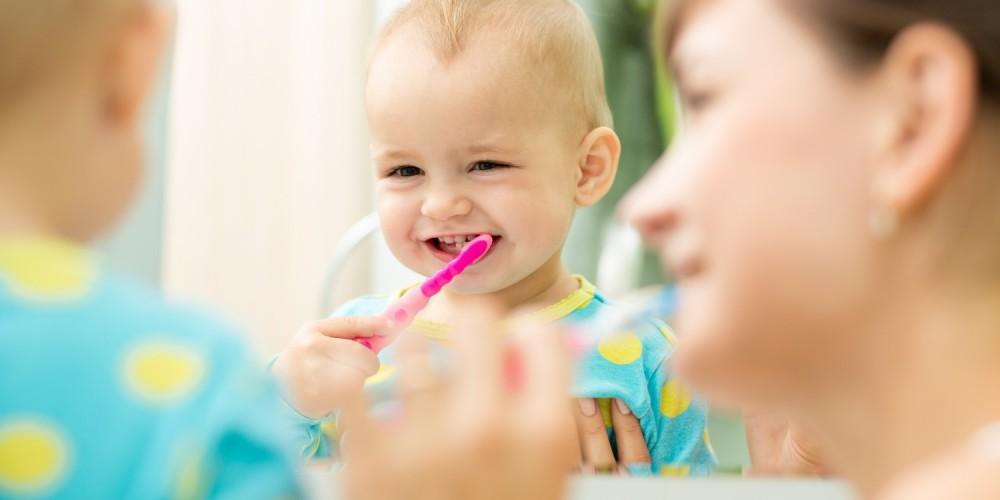 Kleinkind putzt seine Zähne
