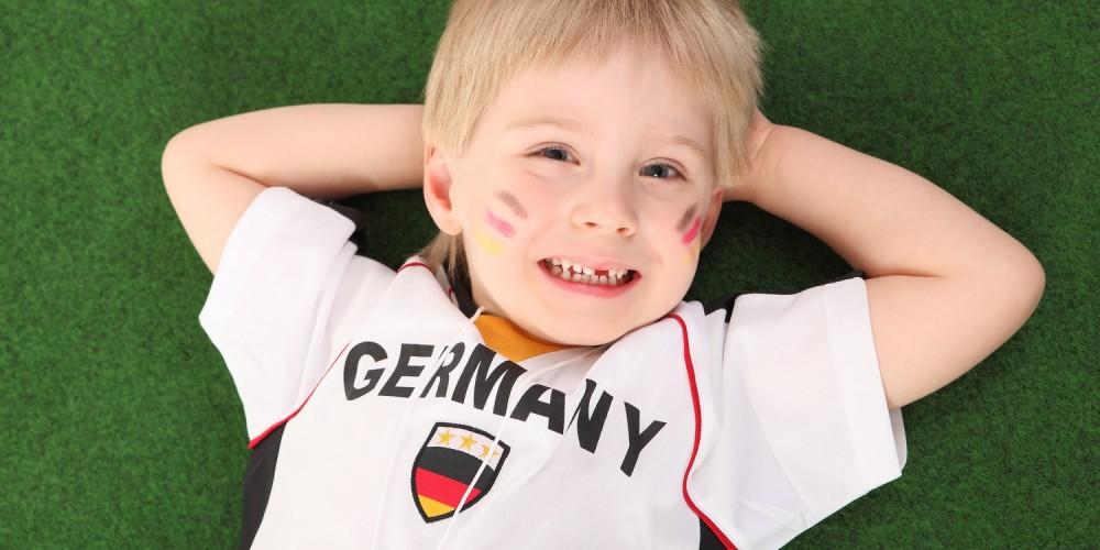 Kleiner Junge im Deutschland-Fantrikot