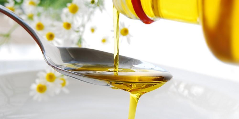 Öl fließt auf Löffel