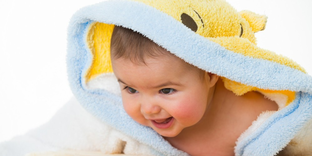 Baby im Bademantel