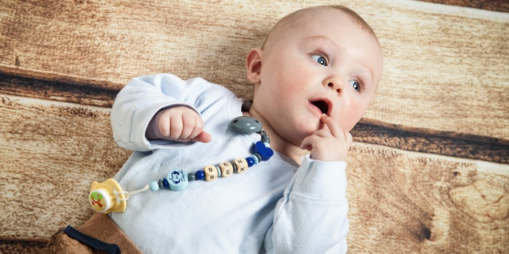 Baby mit Schnullerkette