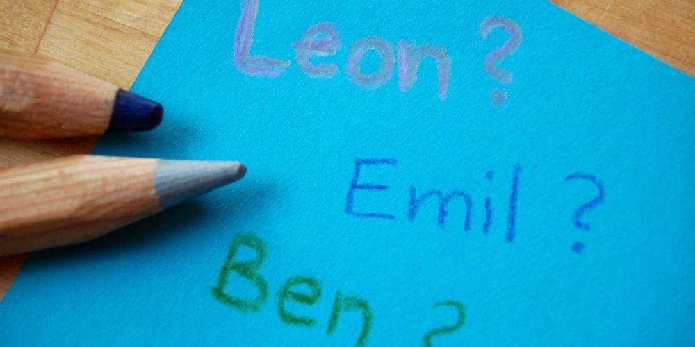 Drei Jungennamen auf blauem Zettel
