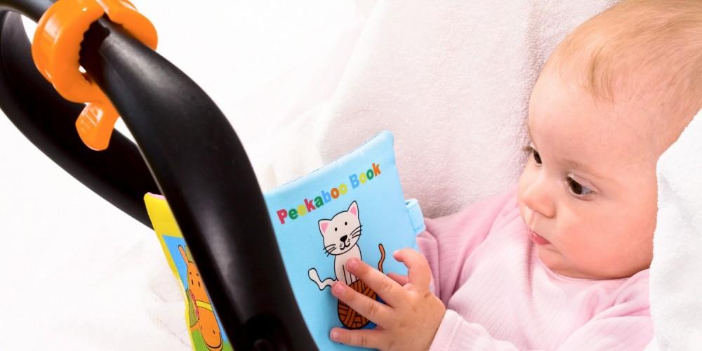 Baby mit einem Bilderbuch