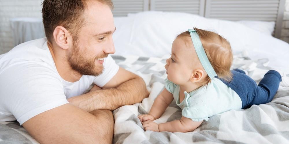 Ein Vater beschäftigt sich mit seiner kleinen Tochter